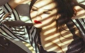 美女翘臀:大胸性感大红唇嫩模写真集