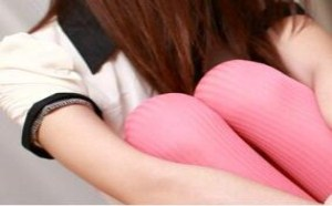 性感美女:地板上的女孩玫红色的条纹丝袜美腿诱惑