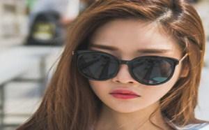 日本美女图片:外衣完全包不住胸部的美女