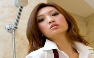 rosi小莉无内衣:浴室内的白衬衫美女Ruby细长美腿勾人
