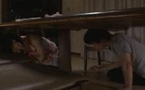 宫濑里子膝上袜桌子下的裙底风光男女动态图