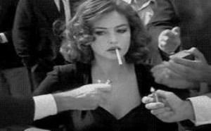 大家争抢为美女点烟 内涵美女图片